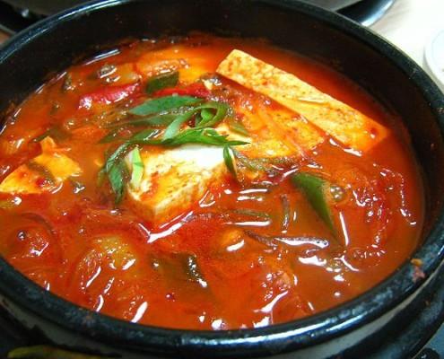 800px-Korean_stew-Kimchi_jjigae-01